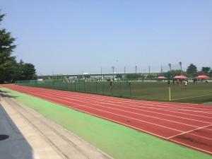 昌平高校内にある人工芝のグラウンド